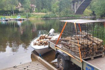 Puukuorman lastaus veneeseen